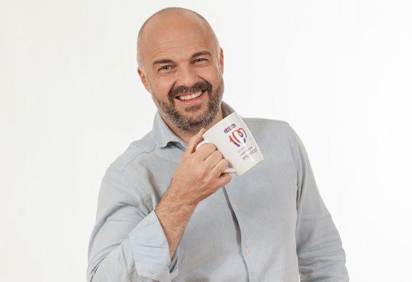 Consigue la taza de Cadena 100 con Javi Nieves y Mar Amate